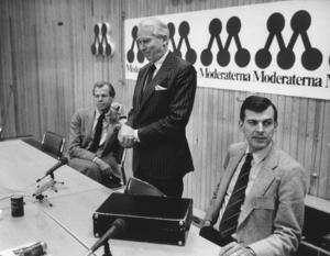 Gösta Bohman omgiven av Staffan Burenstam Linder till vänster och Lars Tobisson  1986. Foto: Lennart Nygren/SCANPIX