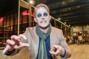 Foto: Jakob Svärd. Ibland går kulturredaktör Erik Jersenius på gatorna som en vanlig man. Dock ej under årets Kulturnatt, då han hade sminkats till ett voodoo-skelett av Amatörteaterns Riksförbund.