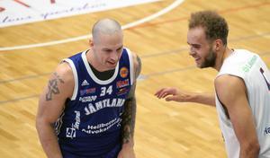 RT Guinn och Denzel Andersson verkar trivas med basketlivet.