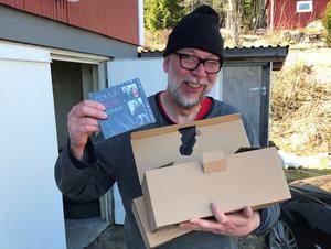 En glad Pekka Jonsson har precis fått hem sina album.  Albumet är till vissa delar inspelat med samma musiker som var med under 90–talet. Foto: privat.