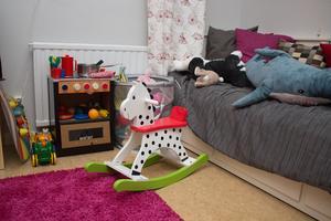 Nya ledningen för kvinnojouren har möblerat om i lokalerna. Skänkta leksaker ökar utbudet i rummet för barn.