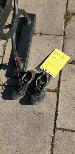Var är Ali? Tomma skor som efterlyser skornas ägare. På torget vid Lindesbergs bibliotek.