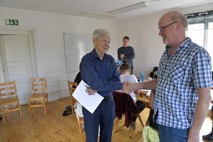 Gunnar Nyström gratuleras till priset Övdals-Byönn av Björn Rehnström.