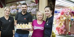 Zandra Björk Wedel, Ivica Petrovic, Snezana Merdanovic och Jelena Petrovic är glada att kaféet går så bra.