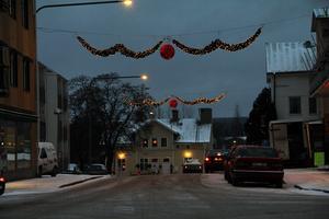 Långgatan i Edsbyn blir kanske utan sin julbelysning i år. Julbelysning uppsatta i ett vägområde kan innebära en säkerhetsrisk, enligt Trafikverkets bedömning.