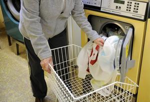 STOCKHOLM 20081003 - Tvättstuga. En kvinna tar ur tvätt ur en tvättmaskin.Foto Bertil Ericson / SCANPIX