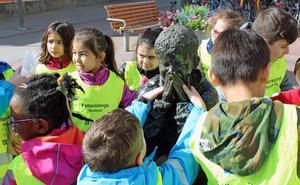 Barnen på Pettersbergs förskola har gjort kompisar till Gzim, eller Kapsi, som de kallar honom.