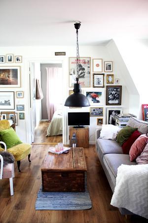 Ena väggen i vardagsrummet/köket är fylld med konst. En av Kajsas favoriter är Lars Lerin och hon vill åka till Lars Lerin-museet i sommar.