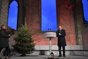 Stefan Löfven jultalade i S:t Nicolai kyrkoruin i Visby. Hur nära an själv står ruinens brant får framtiden utvisa. Foto: Henrik Montgomery/TT.