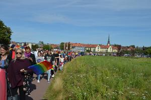Pridetåget startade nere vid Kajen i Mora.