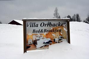 Vid infarten till Villa Orrbacken lyser den här skylten upp.