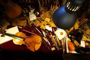 Mängder av verktyg och en och annan fiol finns på arbetsbänkarna i ateljén.