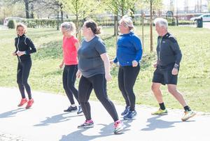 Mellan övningarna joggar eller går man en runda på 200-300 meter.
