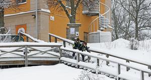 Även trätrapporna upp mot Gamla flickskolan fick sin beskärda del av snöröjandet.