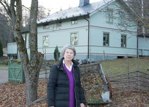 Margareta Nordström framför sitt barndomshem i Svartvik, som är ett av de tre historiska hus som hotas när järnvägen ska dras om.