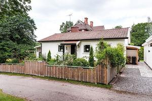 En gedigen enplansvilla med modernt kök och vacker trädgård intill Älvravinens naturreservat med fri utsikt mot Dalälven. Foto: Kristoffer Skog