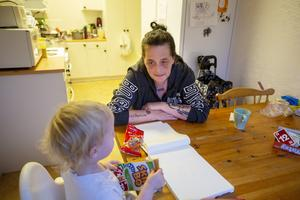 Helena Skalberg får skippa klapparna till de egna barnen och fokusera på barnbarnen i jul. Med försörjningsstöd är ekonomin ansträngd.