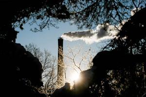 Debattören ifrågasätter varför de stora företagens koldioxid-utsläpp är skattebefriat, men inte bilisters.