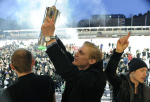 Patrik Nilsson har vunnit tre SM-guld. Här är han med bucklan efter segern med Hammarby 2010. Bild: Janerik Henriksson / SCANPIX