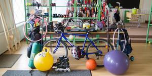 Vanlig utrustning som lånas ut på sommaren, rockringar, cyklar, volleyboll och badmintonracket bland annat.