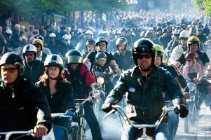 Blåröken låg tät över Borlänge centrum när mopedkortegen kördes 2013. På torsdag kväll, den 16 augusti, startar årets upplaga av Mopedernas Woodstock.