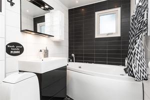 Badrummet är också stilrent inrett med många grafiska detaljer. Bild: Fastighetsbyrån