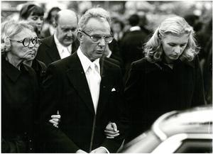 Ronnies föräldrar May-Britt och Bengt på väg till begravningen. De vilar nu i samma familjegrav på Almby kyrkogård. Till höger brodern Tommys fru Anette. Arkivbild: Bernt Larsson