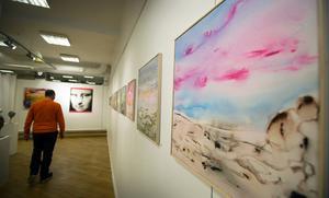Målningar av Alex Oberhoff fyller lokalen.