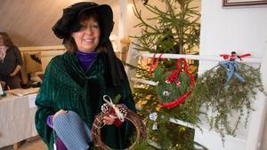 Säljaren Christina Maria Bladh försökte locka kunder med hjälp av sin medeltidsklänning.