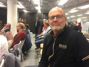 """Bengt Bengtsson från Lillåudden var en av flera på mötet som hellre ville ha nedgrävda spår än ett nytt och stort nytt stationshus. """"Men det viktigaste är ändå att den nuvarande stationen försvinner. Den är väl ingen nöjd med"""", sa han."""