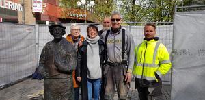 Kristina Möller (ansvarig från Södertälje kommun), skulptören Gunilla Wihlborg, Lars Lundkvist (Foria), Peder Andersson (Tälje mark och Janne Alaloukusa (Tälje mark).
