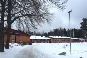 I Sunnerbyskolan i Sorunda finns gott om plats. Både en förskola och en matsal ryms i skolans lokaler, säger barn och utbildningsnämndens ordförande Marcus Svinhufvud (M).