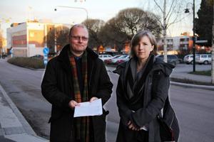 Håkan Englund (s) och Susanne Jeffrey (mp) har just nu, tillsammans med resten av kommunens förtroendevalda, viktiga beslut att fatta om skolornas framtid.