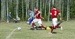 Christer Wallgren gjorde Trönös premiärmål när han slet sig förbi Färilas mittbackar och rundade målvakten.