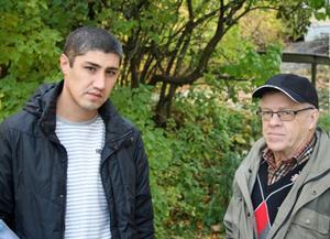 Azizbek Bayanov med vännen Jan-Åke Amnell som fått hjälp vid klädinsamlingar.