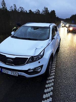 Ena sidan på bilen, dörrar och fönsterrutor skadades vid älgkollisionen när Martin Svensson överraskades av älgar på E14.