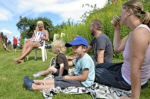 Första parkett. Carola Vikström bor alldeles intill Banvägen, och bjöd in familjen Lundström med Eva och hennes son Wille med kusinen Elis och hans pappa Magnus Lundström.