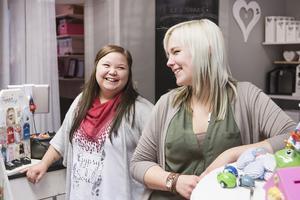 Gabriella Persson som till vardags jobbar på OKQ8, rycker in och hjälper kompisen Emelie Eriksson på Presentboden ibland.