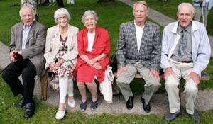 1940 års konfirmander i Stugun har haft 70:årsjubileum. Från vänster: Sven Stugvard, Judit Jonsson Hjelte (Norberg), Marianne Frändén (Silén), Bertil Ottosson och Widar Thor.