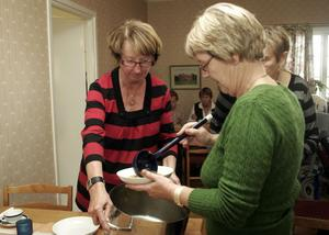 Anita Färnström från Väntjänsten och Lisbeth Axlund från äldreboende Bergesta tar för sig av soppan.