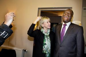 2014 hölls den första fredskonferensen i Örebro, då i Filadelfiakyrkan. Margot Wallström, utrikesminister, och Dr Denis Mukwege, hade trevligt i varandras sällskap. Arkivfoto.