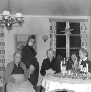 Den här tomten dök upp på ålderdomshemmet Almbyhemmet 1956. Fotograf okänd. (Bildkälla: Örebro stadsarkiv)