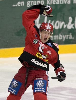 Foto: Anders Wiklund / SCANPIX. Stefan Gråhns jublar efter ha gett sitt SSK ledningen med 1-0 i torsdagskvällens elitseriematch i ishockey mellan Södertälje SK och Timrå år 2007.