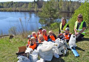 Barnen tillsammans med dagmammorna Amelie Bjurelid och Marie Lindström vid några kassar med skräp som de plockat ihop på Älvudden.