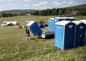 100 toaletter finns vid varje etappmål, plus vid starter, duschar och lite till.