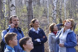 Kronprinsessan Victoria hälsas välkommen till Hälleskogsbrännans entré vid Virsbo bruk av landshövding Minoo Akhtarzand.