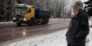 Kurt Östlund flyttade till huset på 80-talet och har länge blivit störd av trafiken som han tycker kör för fort.
