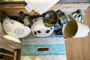 En återbrukad pall, emalj från Kockums och en diskhandduk från Ernst Kirchsteiger blir en skön blandning i familjens kök.