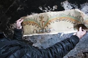 En handmålad gammal tapetbård från en vägg i orangeriet som var tvungen att tas ned på grund av fuktskador och insektsangrepp.