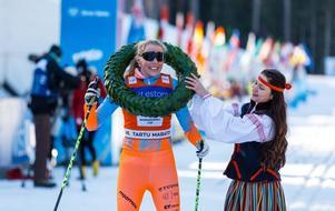 Maria Gräfnings fick motta säsongens tredje segerkrans i Tartu maraton på lördagen. Foto: Fis Worldloppet cup